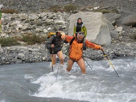 Пресичането на реката. Водата идва от ледника.