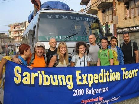 Началото. Всички пред автобуса, само Жорко снима.